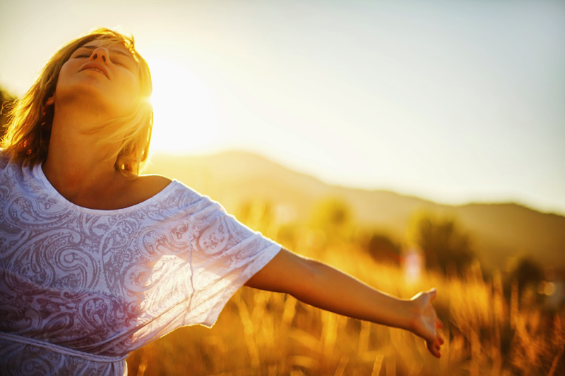 woman, sun-Φλεγμονώδεις νόσοι του Εντέρου Αυτοάνοσα και Bιταμίνη D