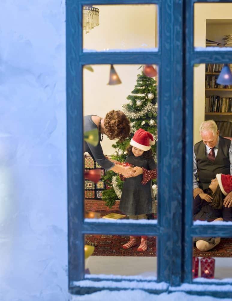 window, christmas-family-Eορταστικό αντάμωμα: όταν οι γενιές συναντιούνται…