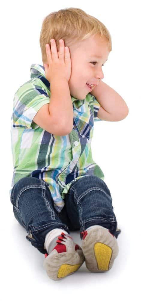 child-holding-ears-natyranrg-Πότε να ανησυχήσω για την ακοή του παιδιού μου;