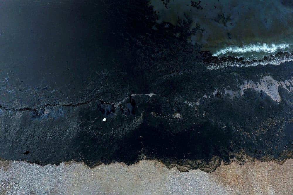 «Μαύρισαν» οι ακτές στο Σαρωνικό-πετρέλαιο